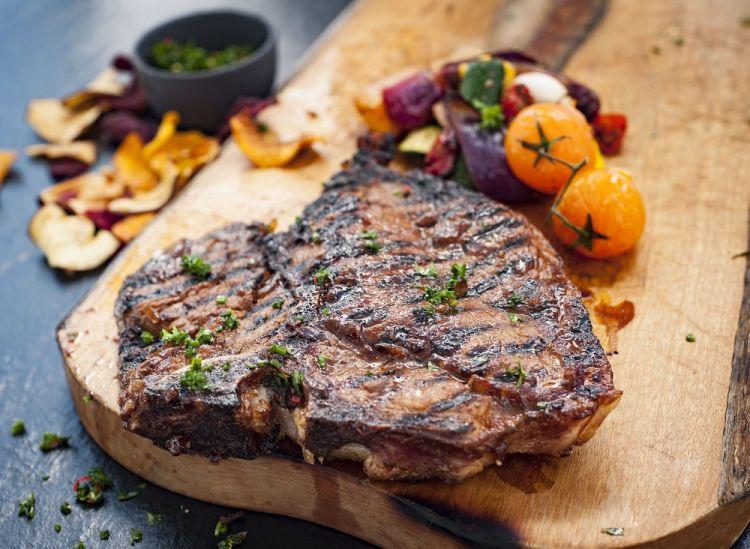 Masak steak berdua seru juga, lho!