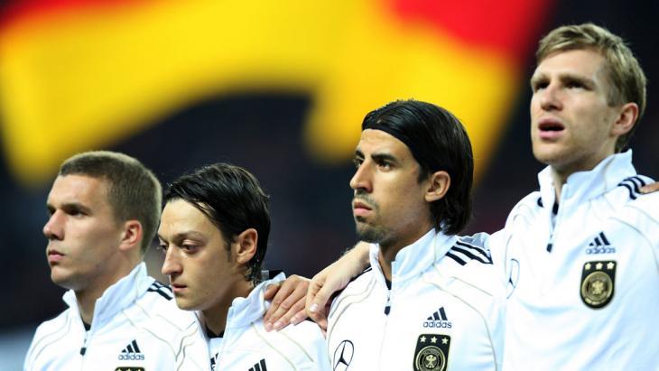 Ozil ketika prosesi menyanyikan lagu kebangsaan Jerman.