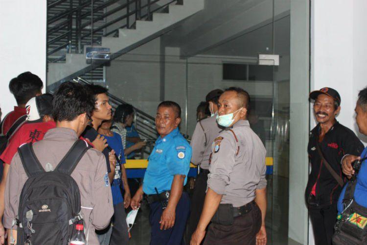 Jajaran keamanan dari kepolisian saat melakukan olah TKP.