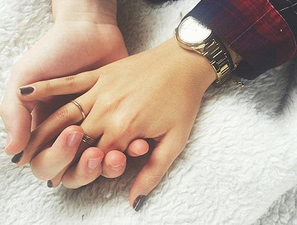Kadang Hati Terasa Lebih Berdebar Jika Tangan Saling Terpaut Dalam Genggaman Karena Romantis Tak Selalu Soal Ciuman