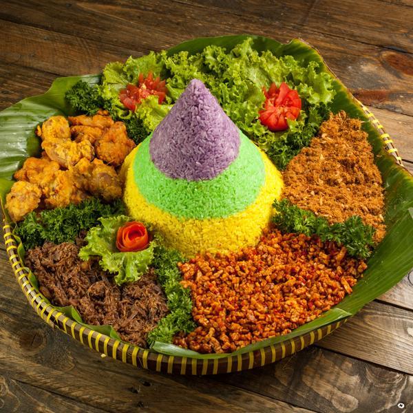 nasi tumpeng warna-warni