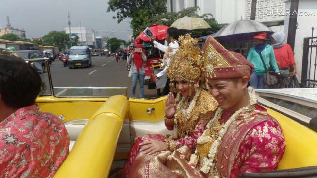 Akhirnya setelah 2 tahun pacaran, Jun dan Tian menikah jugaa.