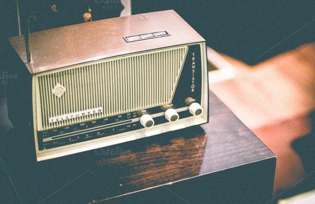 Radio punya program berbeda-beda