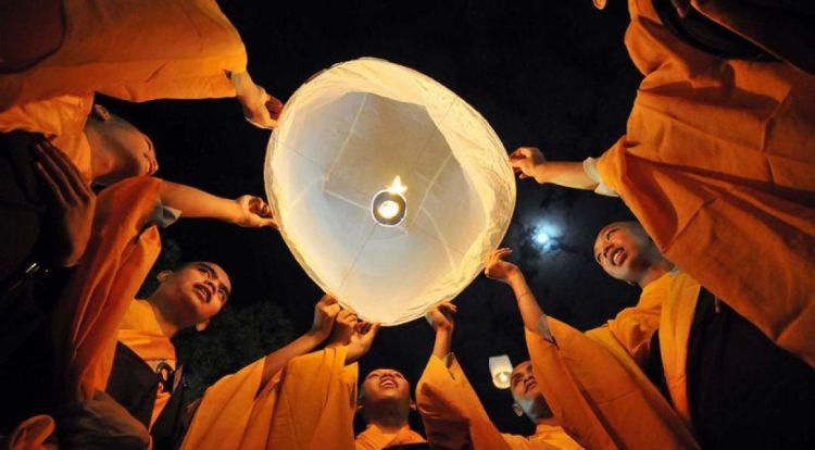 Dilepas oleh para Buddhis.