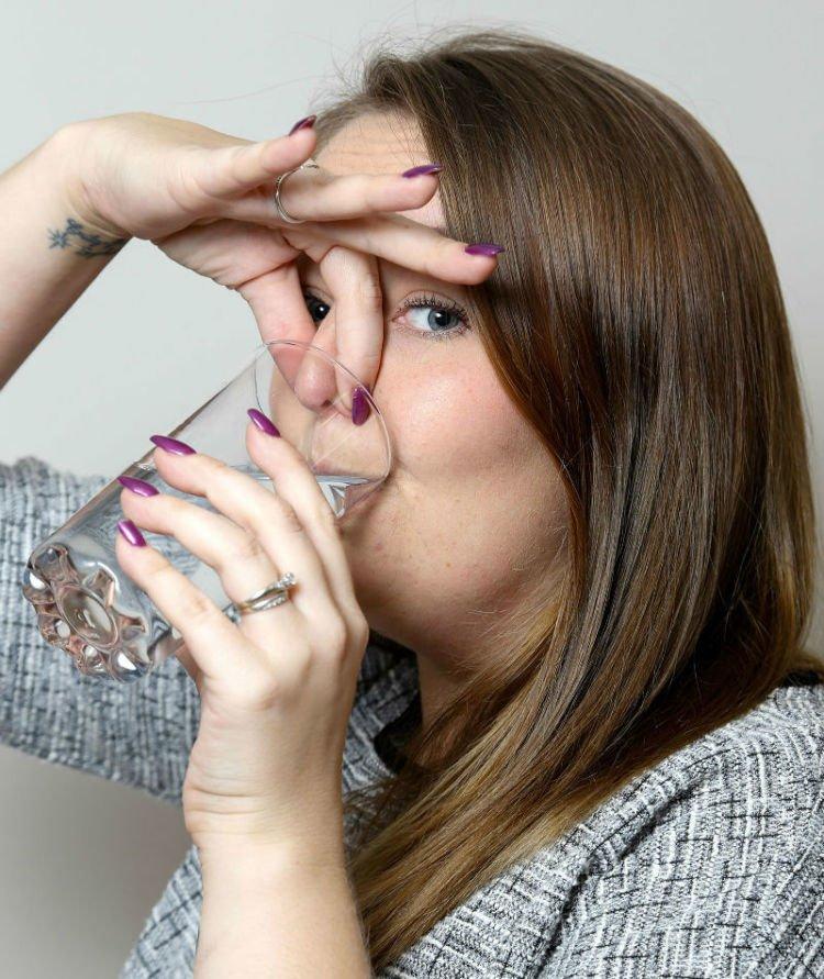 Tutup hidung sambil minum