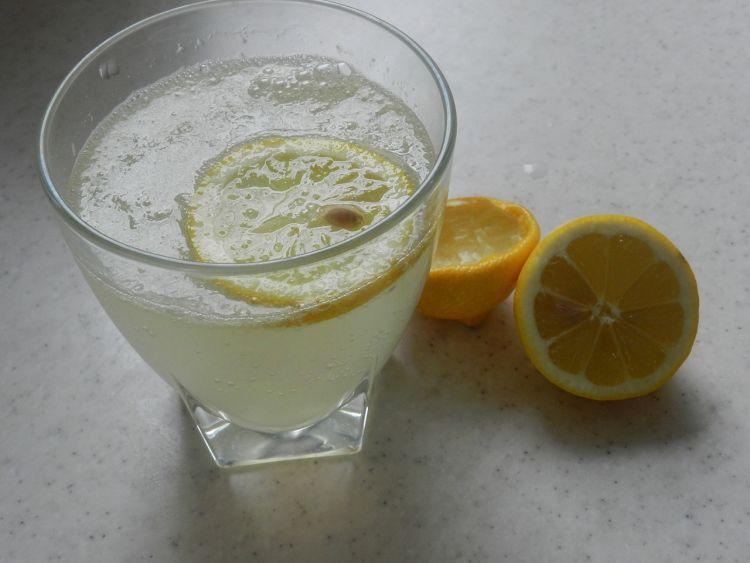 campuran perasan jeruk lemon dengan air hangat