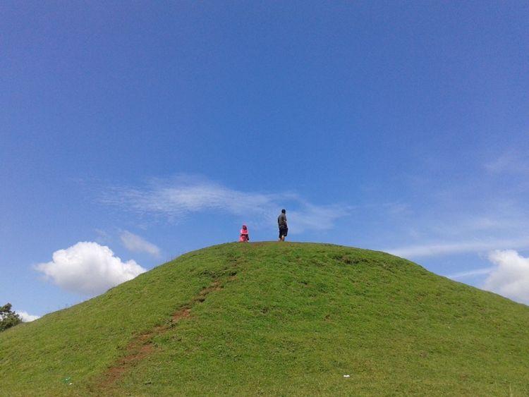 Dari puncak bukit ini, kamu bisa ngeliat Jogja dari ketinggian