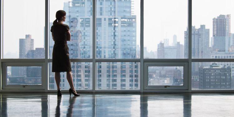 melihat keluar jendela bisa membantu mengalihkan pandangan