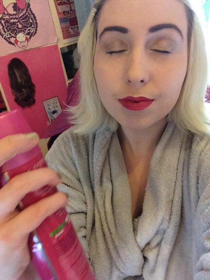 semprotin hairspray buat langkah akhir proses makeup kamu