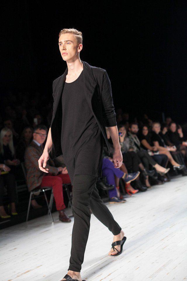 sandal kulit hitam dan pakaian serba hitam, sederhana tapi tetep kece