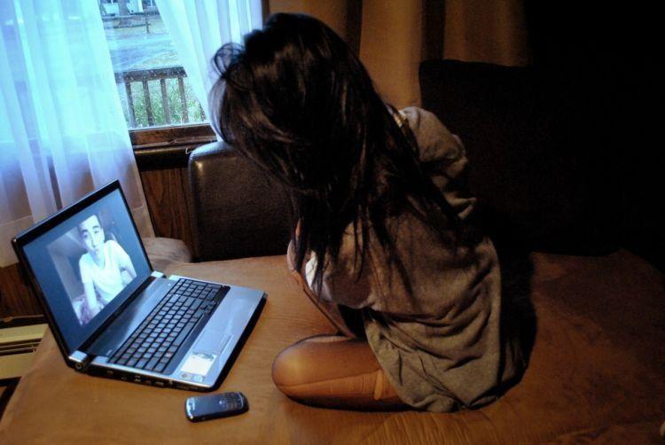 Melihat wajahmu dari layar laptop