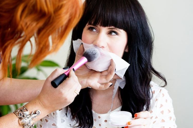 mengaplikasikan bedak ke lipstik bikin lipstik kamu tahan lama.