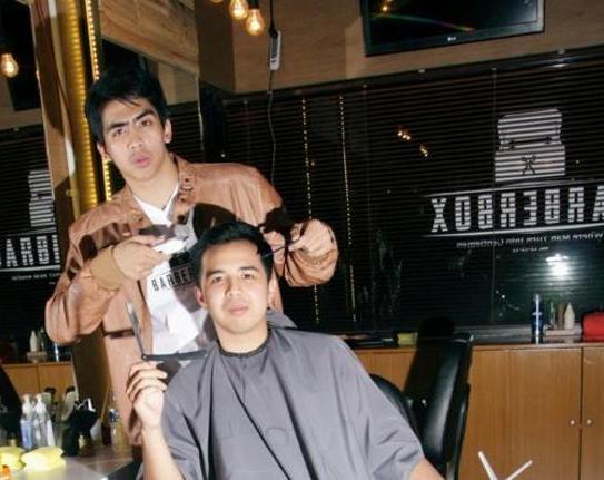 Emyr dan bisnis pangkas rambutnya.