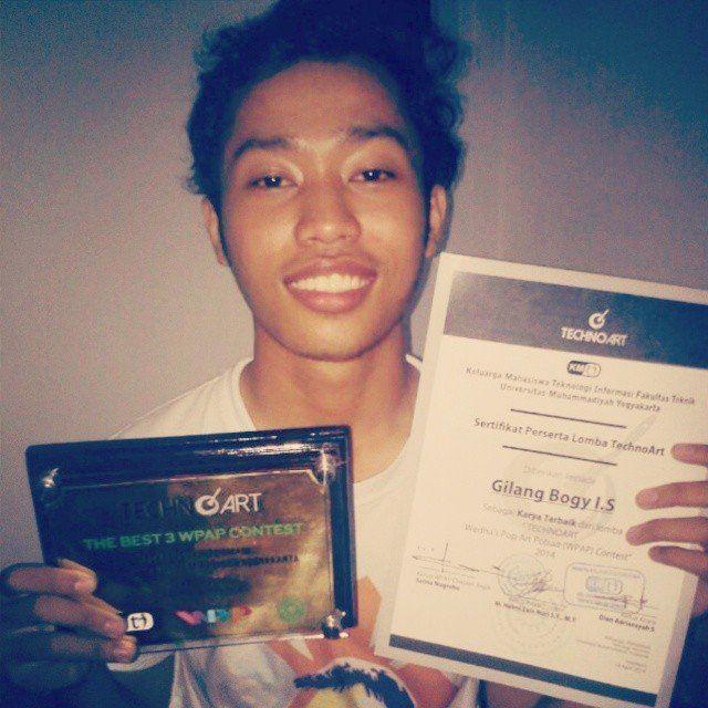 Bogy dengan piala juara 3 untuk kontes WPAP di UMY Yogyakarta.