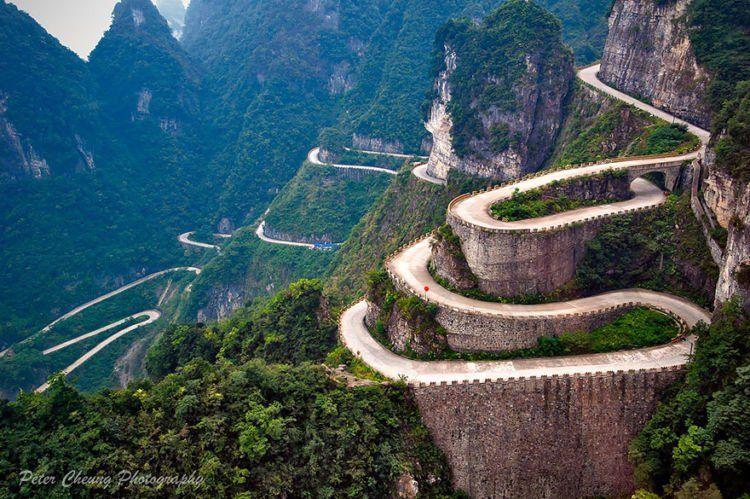 Jalan yang berliku menuju gunung Tianmen.