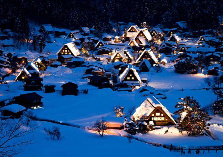 Lampu-lampu rumah yang menyala indah di tengah salju