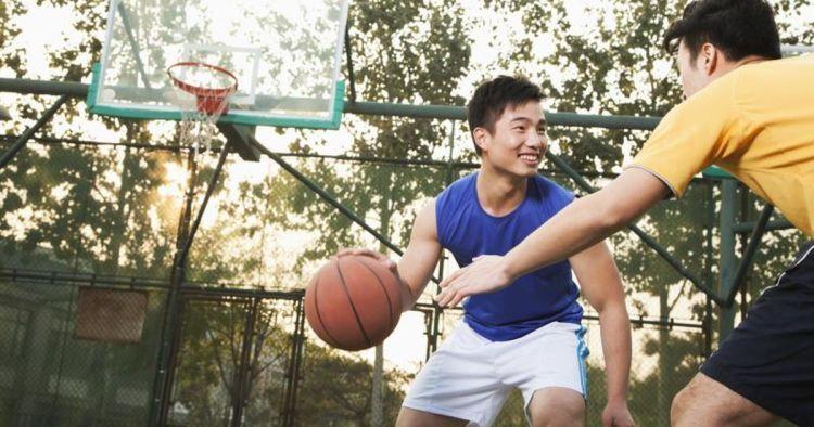 Bermain basket bareng teman selalu menyengkan