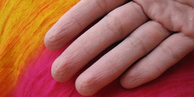 Ujung jari menunjukkan nama orang yang kamu suka
