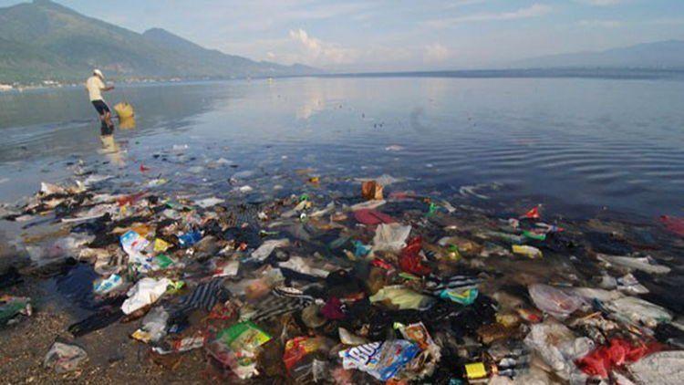 Sampah yang menumpuk di lautan.