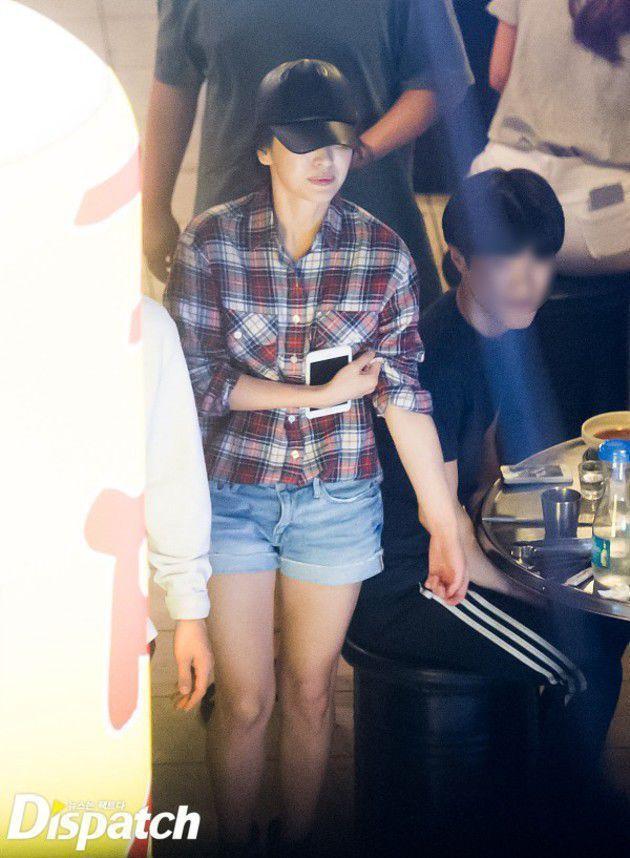 Hye Gyo nampak menutupi sebagian wajahnya dengan topi.