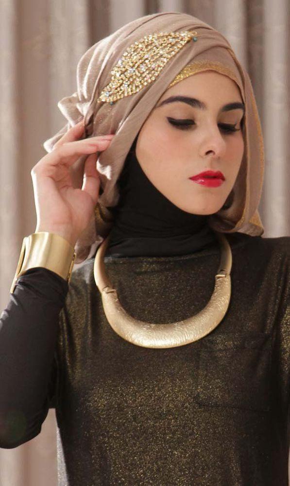 pake jilbab yang biasa aja ya.
