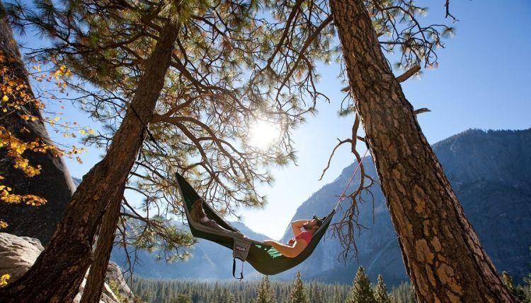 Daripada selfie, mendingan bersantai di hammock