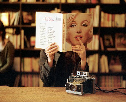 Baca buku atau novel yang juga dibaca sama orang sukses dunia.