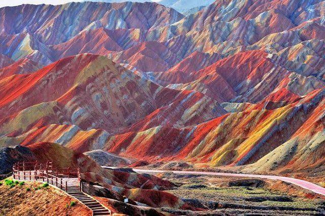 Gunung Pelangi di Tiongkok.