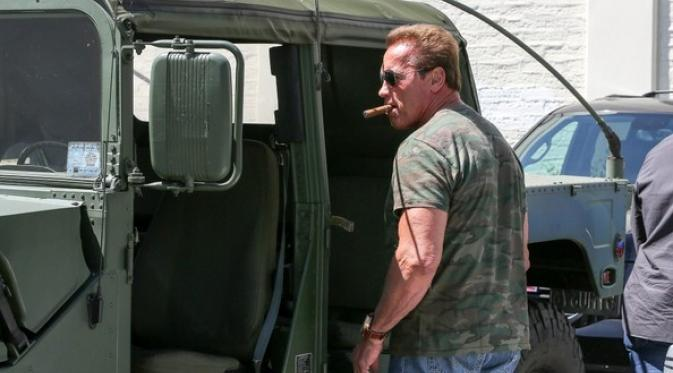 017988600_1410227676-arnold-schwarzenegger-seen-driving-his-vegetable-oil-fuel-army-hummer_1
