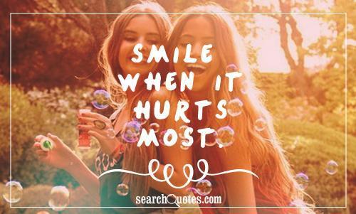 Tetap senyum meski dalam kondisi yang nggak mengenakan.