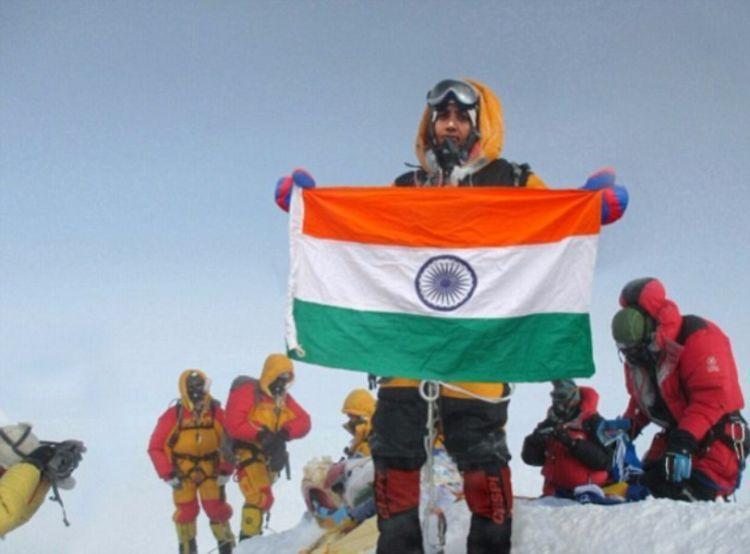 Tarakeshwari memamerkan foto 'palsu' di puncak Everest.