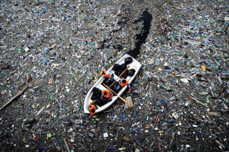 ini di laut, lama-lama bakal ketutup sama sampah