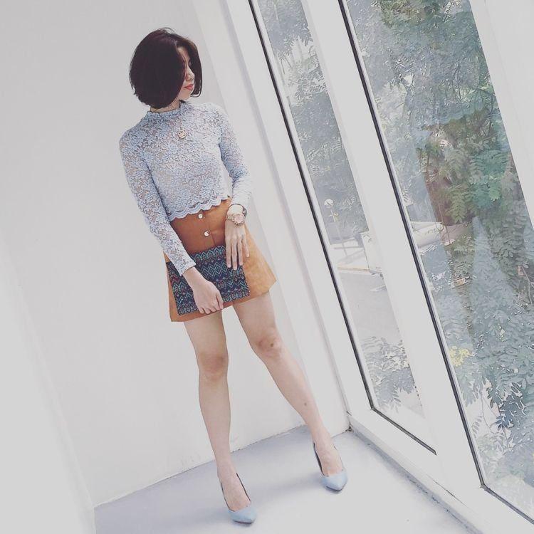rok mini + sepatu hak tinggi