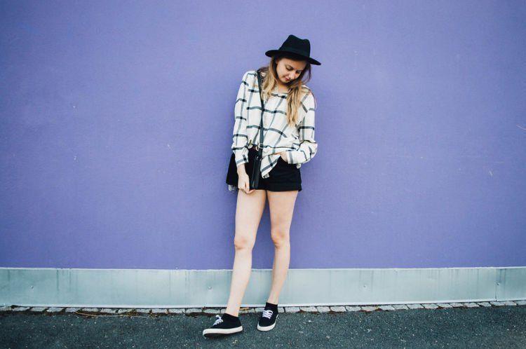 fedora + flanel + celana pendek + sneakers
