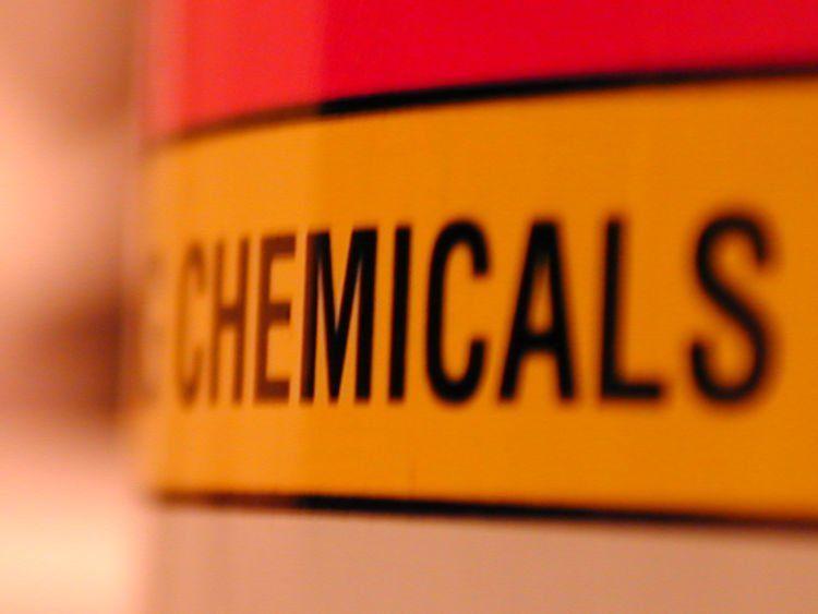 hindari kosmetik yang mengandung zat berbahaya