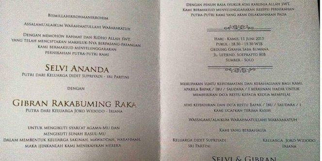 Padahal anak presiden aja nggak mencantumkan gelar di undangan pernikahannya.