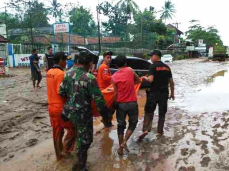 Empat orang tewas dalam kendaraan saat terjebak banjir