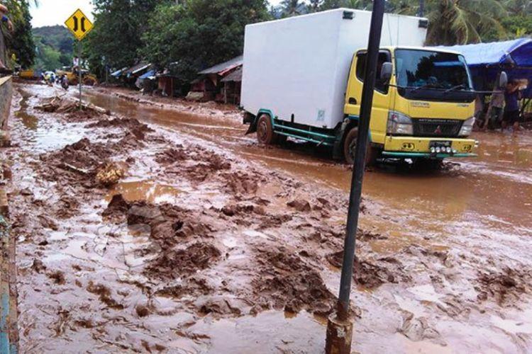 Banjir memutus akses di pesisir barat Banten.
