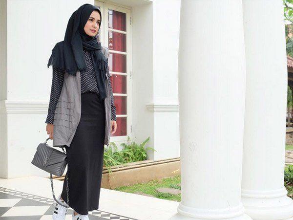 Padu Padan Gaya Kasual Hijab dan Vest yang Bisa Kamu Pakai Buat ...