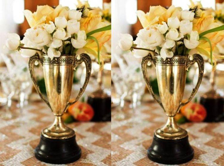Vas bunga berbentuk piala juga bisa mendukung pestamu