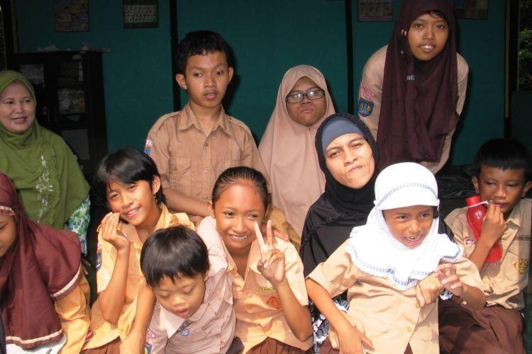 Nina bersama murid-muridnya.
