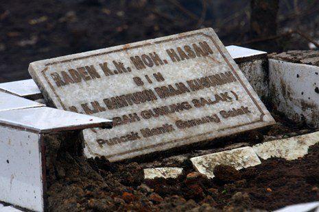 Makam Mbah Gunung yang sempat hancur karena kecelakaan Sukhoi.