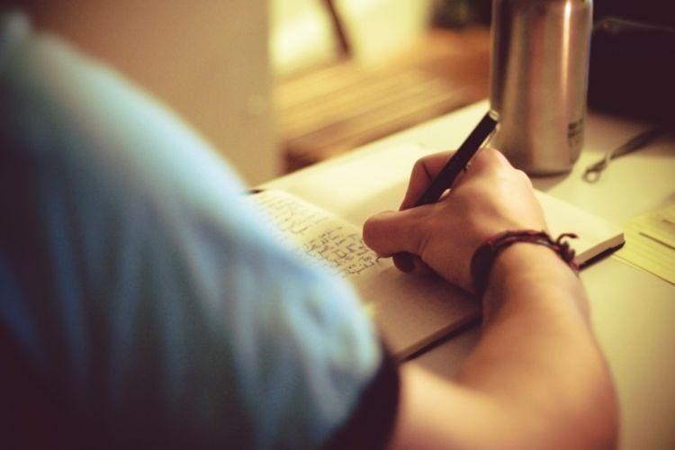 Tulislah catatan harian biar liburanmu makin berkesan
