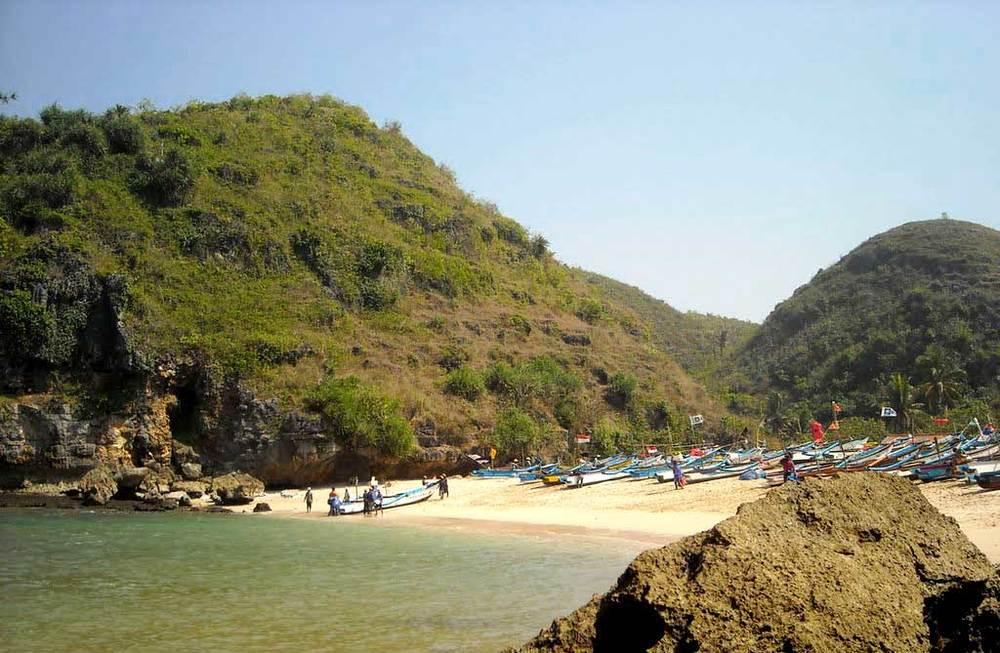 Bukit yang dilihat dari Pantai Ngrenehan