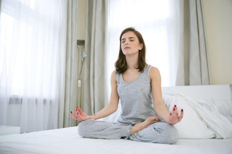 tenangkan pikiran dengan meditasi atau yoga