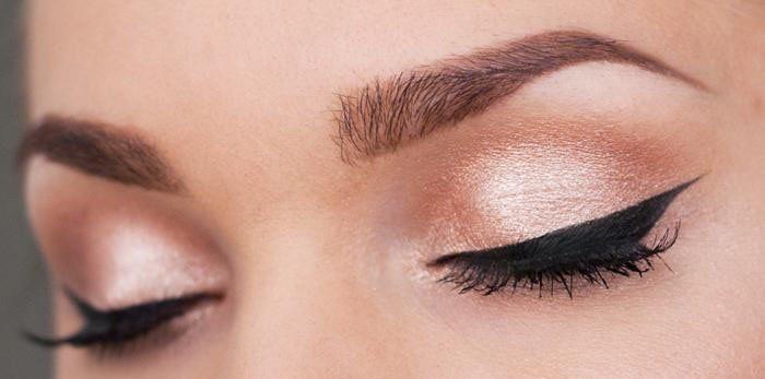 Buat winged eyeliner untuk matamu