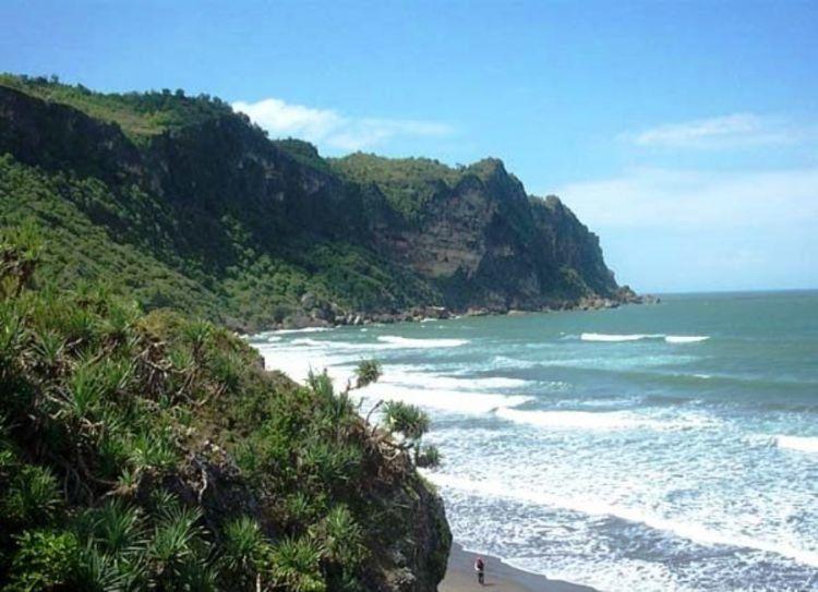Pantai Ayah emang cantik