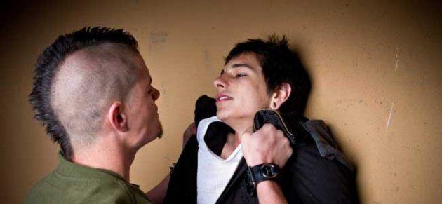 Pernah jadi korban bully juga memicu mereka jadi fobia sosial.