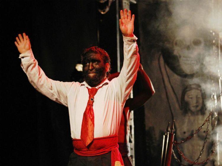 Jesusu Aceves tampil di sirkus