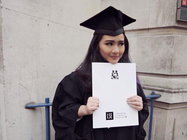 Gita Gutawa udah lulus S2 aja :)